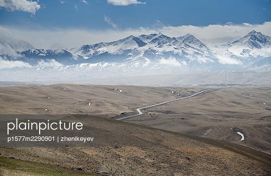 USA, Straße und schneebedeckte Berge im Hintergrund - p1577m2290901 von zhenikeyev