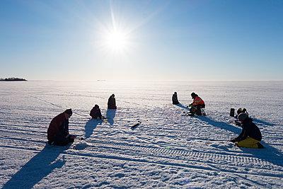 Eisangeln auf dem zugefrorenen Bottnischen Meerbusen - p1079m1182234 von Ulrich Mertens
