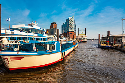 Germany, Hamburg, View of the Philharmonie in Hafencity, Landungsbruecken with ships  - p1332m2203308 by Tamboly
