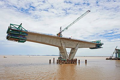 Bridge construction project in the Pacific Ocean - p390m1477116 by Frank Herfort