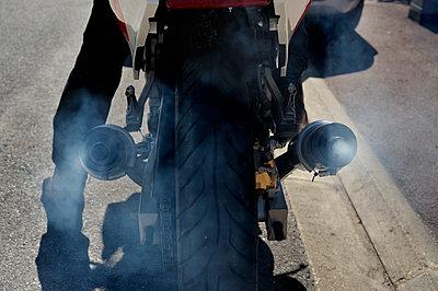 Auspuffabgase eines Motorrads - p491m1119169 von Ernesto Timor