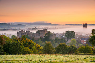 UK, England, Shropshire, Ludlow, Ludlow Castle and St Laurence's Church at Sunrise - p651m2032834 by Alan Copson