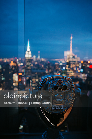 Coin operated binoculars, view of New York City at night - p1507m2196542 by Emma Grann