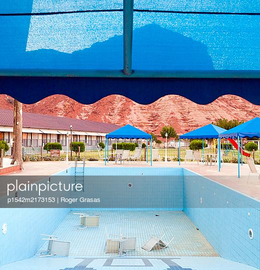 Leerer Pool - p1542m2173153 von Roger Grasas