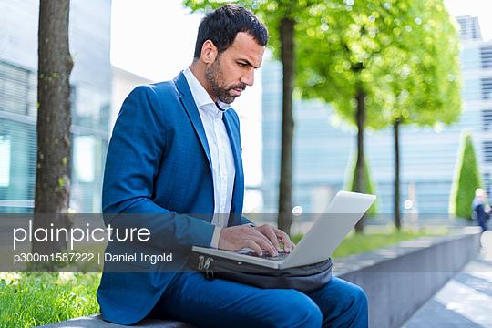 Businessman using laptop - p300m1587222 von Daniel Ingold