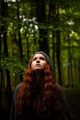 Mädchen Einsam im Wald - p045m1172428 von Jasmin Sander