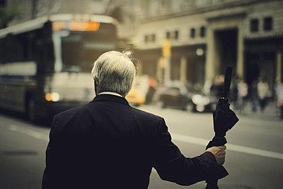 Geschäftsmann an einer Bushaltestelle - p567m667504 von Benjamin Colombel