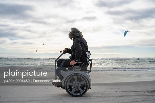 Man on wheels enjoying seaside - p429m2091460 by Francesco Buttitta