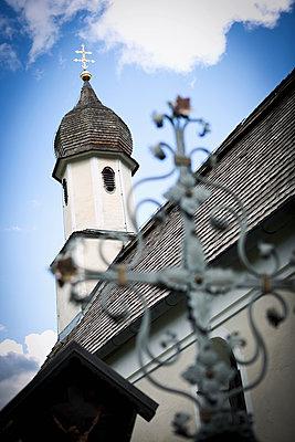 Kirchturm und Grabkreuz - p1149m1162717 von Yvonne Röder
