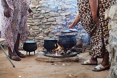 Africa, Namibia, Prepare food - p1167m2272277 by Maria Schiffer