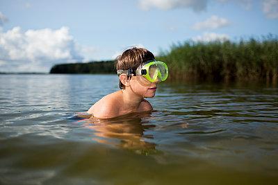 Junge mit Taucherbrille - p1386m1476628 von Lindqvist
