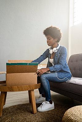 Woman on the sofa unboxing - p300m2274813 von Giorgio Fochesato
