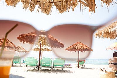 Through rose-colored glasses - p454m2019971 by Lubitz + Dorner