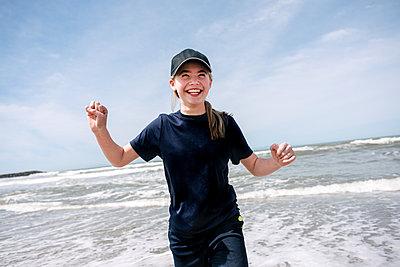 USA, California, Ventura, Smiling girl on beach - p924m2283077 by Viara Mileva