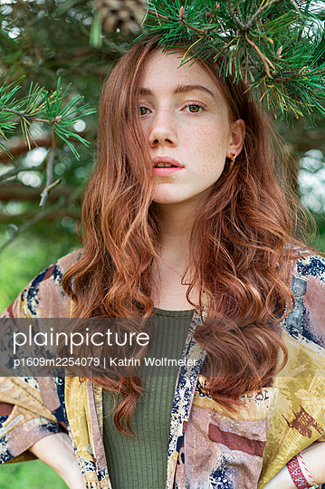 Red-haired young woman under a tree, portrait - p1609m2254079 by Katrin Wolfmeier