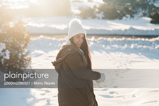 Madrid, Spain. Woman spending time in the snowy countryside in warm clothes. - p300m2286921 von Manu Reyes
