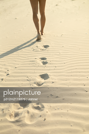 Woman walking on sand - p312m2119376 by Johner