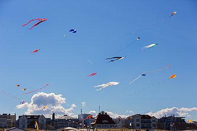 Drachen am Strand - p076m1083069 von Tim Hoppe