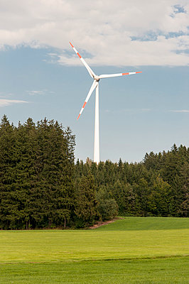 Windrad im Wald - p1079m891102 von Ulrich Mertens