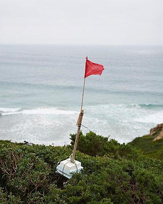 Selbstgebaute Fahne am Meer - p1124m1112589 von Willing-Holtz