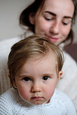 Mother and daughter at home, portrait - p1363m2177593 by Valery Skurydin