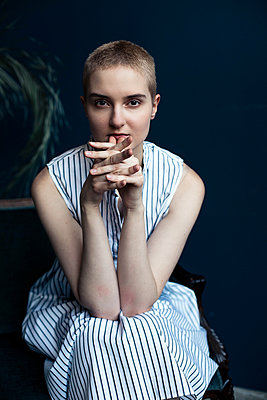 Young woman in striped dress with short hair - p1642m2216194 by V-fokuse