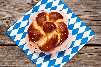 Laugenbrötchen mit Wurst - p533m955705 von Böhm Monika