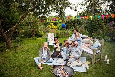 Freunde auf einer Gartenparty - p788m1165290 von Lisa Krechting