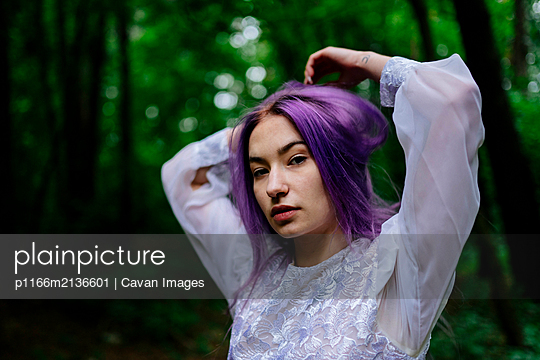 portrait of a woman in the forest - p1166m2136601 by Cavan Images