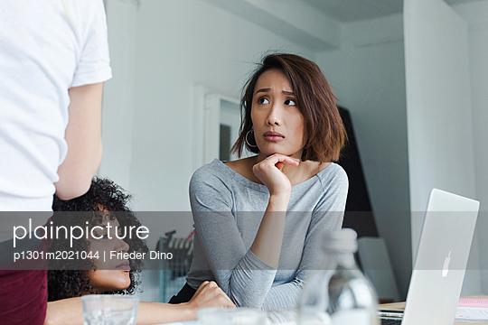 Kritische Auseinandersetzung einer Geschäftsidee von drei jungen Kolleginnen  - p1301m2021044 von Delia Baum