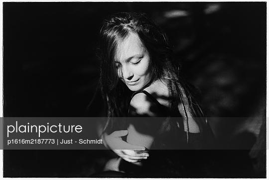 Young woman, portrait - p1616m2187773 by Just - Schmidt