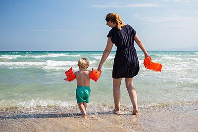 Mutter und Kind am Meer - p1386m1481809 von beesch
