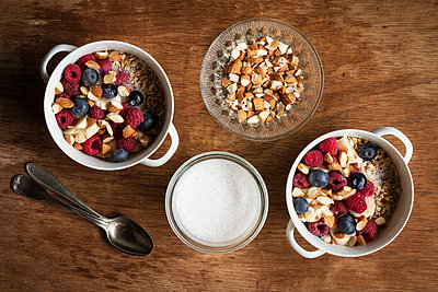 Cereals with almond milk, nuts and berries, vegan - p300m2083323 by Eva Gruendemann