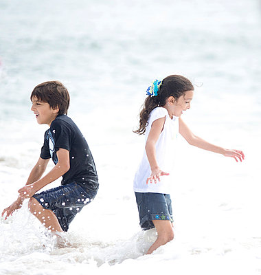 Boy and Girl Playing in Sea Water - p669m806347 by Kelly Davidson