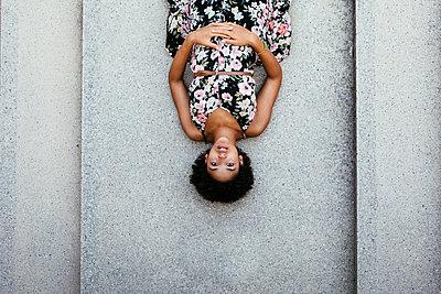 Weiblicher Teenager mit Sommerkleid auf Betonboden - p728m2038856 von Peter Nitsch