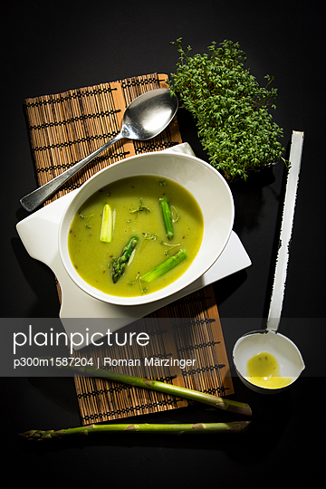 Asparagus cream soup with green asparagus - p300m1587204 von Roman Märzinger