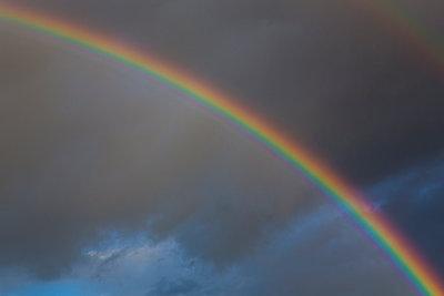 Regenbogen vor bewölktem Himmel - p1057m1488625 von Stephen Shepherd