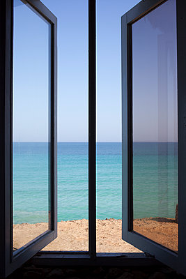 Windows with ocean view - p304m1093916 by R. Wolf