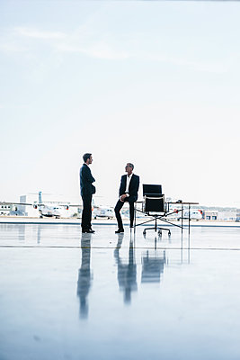 Two businessmen on airfield - p586m1208537 by Kniel Synnatzschke