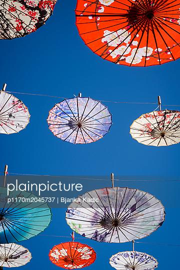 Hängende asiatische Schirme - p1170m2045737 von Bjanka Kadic