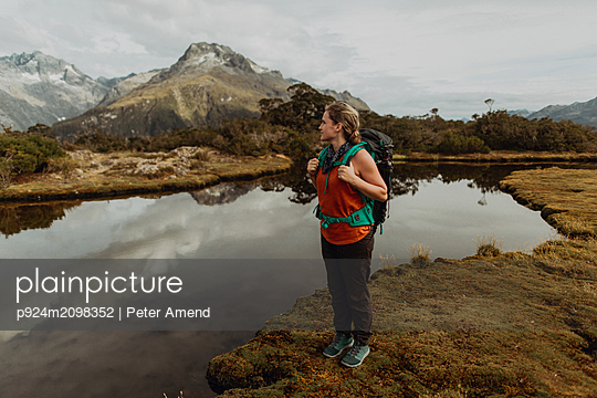 Hiker enjoying scenic lake view, Queenstown, Canterbury, New Zealand - p924m2098352 by Peter Amend