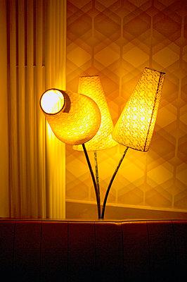 Interieur mit drei leuchtenden Lampen - p1316m1160365 von Peter von Felbert
