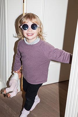 Kleines Mädchen mit Sonnenbrille - p1514m2089740 von geraldinehaas