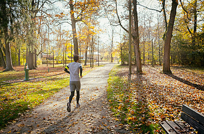 Young man jogging smartphone sport mp3 park autumn - p609m1219856 by OSKARQ