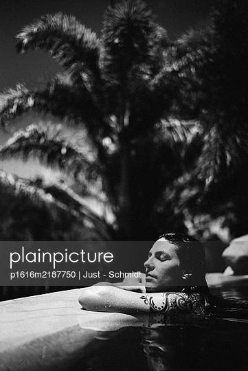 Entspannung im Pool, Portrait - p1616m2187750 von Just - Schmidt