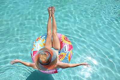 Frau am Pool - p045m908506 von Jasmin Sander