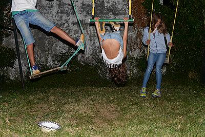 Kinder auf der Schaukel - p1116m1217048 von Ilka Kramer