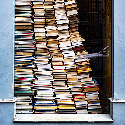 Books stacked in a display window - p280m2172282 by victor s. brigola