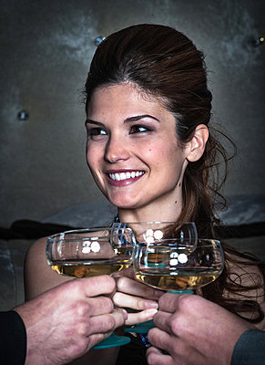 Smiling woman toasting with friends - p429m712422f by Stefano Oppo