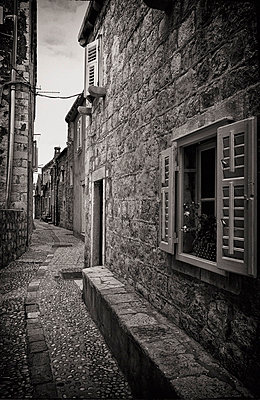 Croatia;  Small alley in Old Town; Dubrovnik - p644m805337 by Ian Cumming